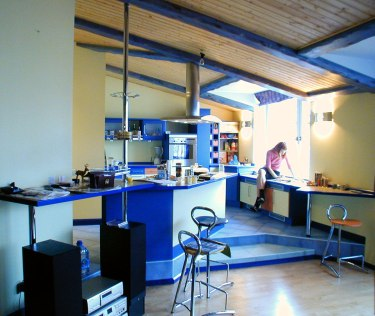 Дизайн квартиры в мансарде. Интерьер кухни