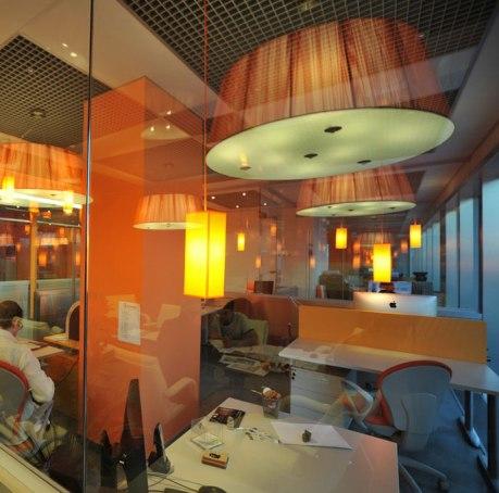 Дизайн интерьера офиса в стиле хай-тек. Свет и стекло