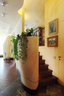 Дизайн интерьера квартиры в стиле Гауди. Лестница в антресоль