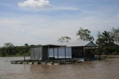 Schwimmende Fischfarm