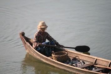Blick auf eine Fischerin
