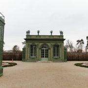 Le pavillon frais, dans les jardins à la française