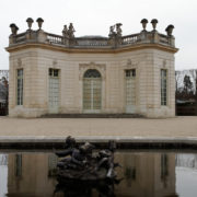 Le pavillon français, dans les jardins à la française