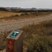 SIgnalisation des pistes: cette borne indique une piste autorisée aux voitures et aux VTT