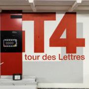 Au pied de la tour des Lettres