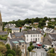 La Roche Maurice, vue sur la ville et l'enclos paroissial depuis les ruines du chateau