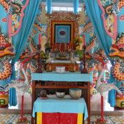 Temple Caodaïste: intérieur kitsh et coloré