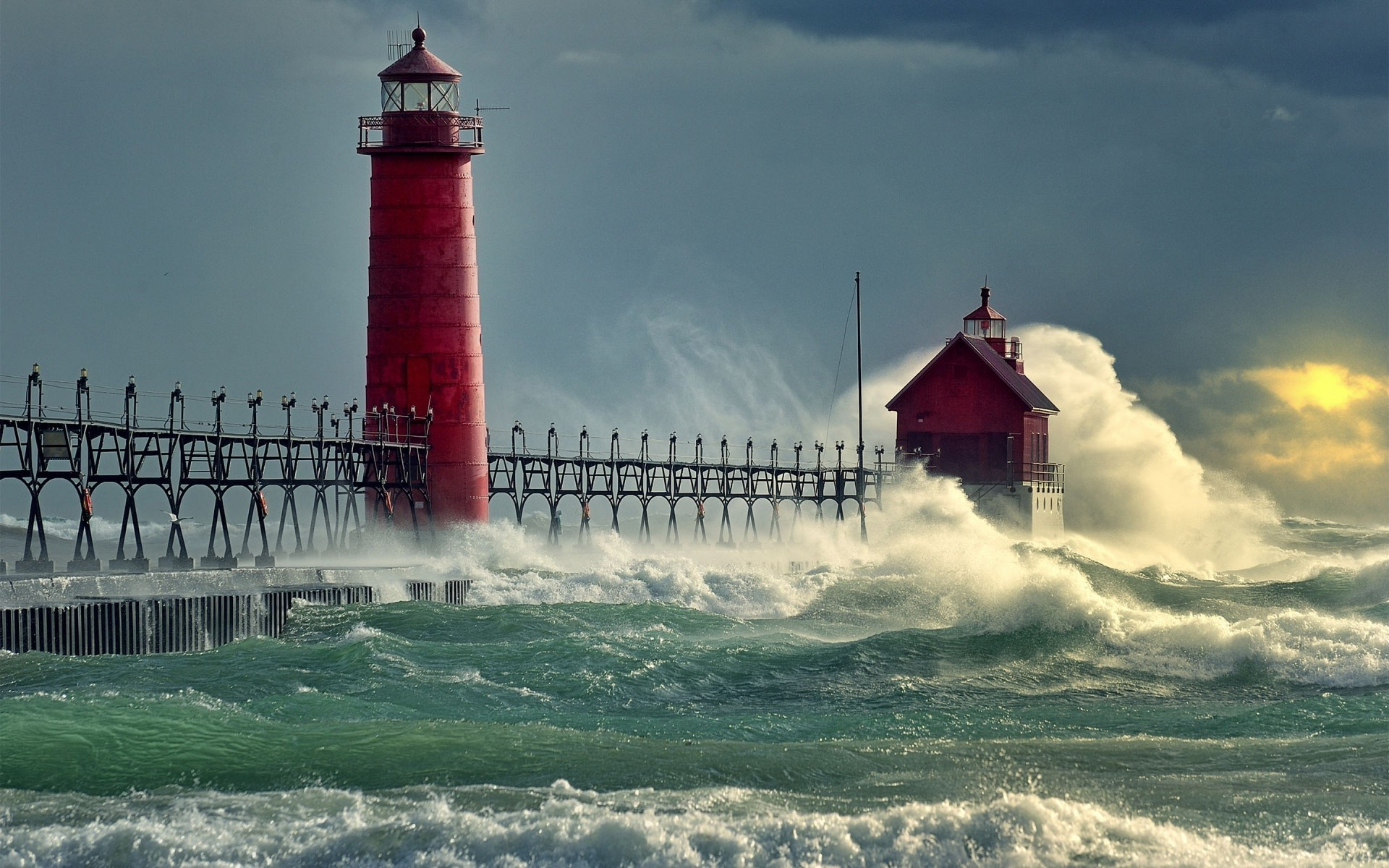 Deep House Girl Wallpaper Red Lighthouse Can Withstand The Onslaught Of The Waves