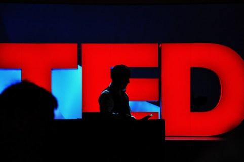 聴衆の心を魅了するトーク術が学べる世界最高のTEDプレゼン動画