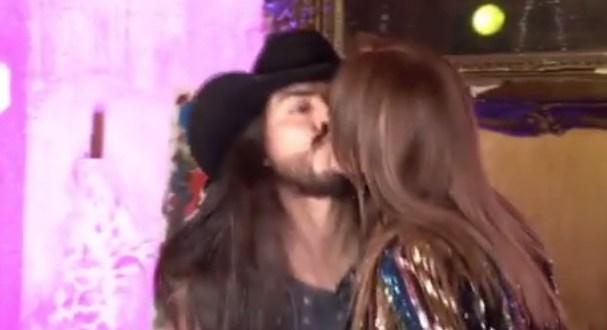 Lucía Méndez cachetea a 'youtuber' por besarla en la boca