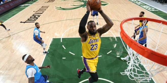 Los triples de LeBron James y Kentavious Caldwell-Pope le dan la victoria a Los Angeles Lakers ante Milwaukee Bucks