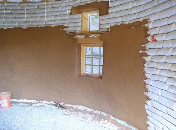 Малтерисање може бити цементом, кречним малтером или земљом. Врло је просто свако то може сам урадити.