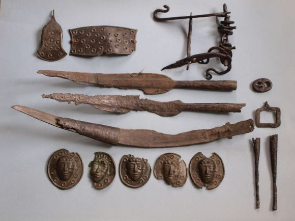 Arheološki ostaci tračkog oružja, možemo videti jedan Falks dugi mač koji nastaje od kose.