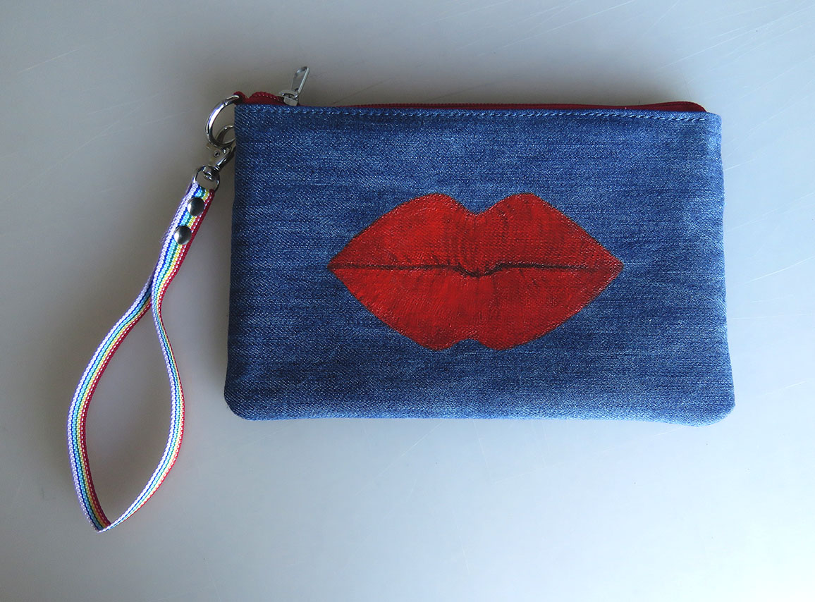 Denim purse with lips design