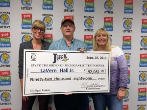 LaVern Hall, Jr., poses for a photo with his daughter, Sue (right), and granddaughter, Kayla (left), after collecting his $92,081 Club Keno The Jack prize.