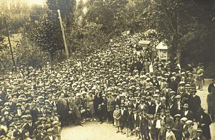 Εκπαιδευτική εκδρομή του Διδασκαλείου Θηλέων Θεσσαλονίκης στη Φλώρινα και Έδεσσα, από τις 14 μέχρι 18 Μαϊου 1930. Στο σταθμό της Έδεσσας.