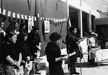 Εορτή της 25ης Μαρτίου 2001 στο Πολυκλαδικό. Η Διευθύντρια Ευαγγελία Καπετάνου, μαζί με τον εκπαιδευτικό κ. Χρήστο Θεολόγο απαγγέλουν ένα ρητορικό λόγο : το λόγο του Κολοκοτρώνη στην Πνύκα.