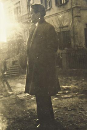 Ο Μίλτος Κουντουράς μπροστά στο περίλαμπρο σχολείο που ονειρεύθηκε.