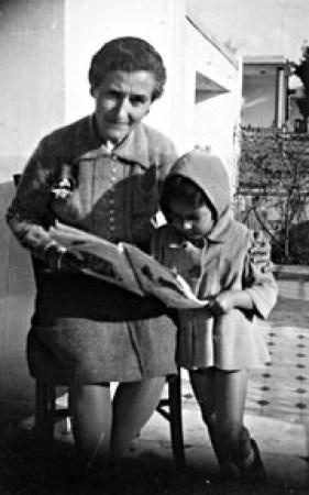 Ο Λίνος μικρός με τη δασκάλα του Διδασκαλείου Θηλέων Θεσσαλονίκης, Αλεξάνδρα Κεσσανλή, στη βεράντα του σπιτιού στη Νέα Χαλκηδόνα.