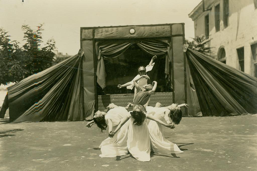 """""""Ο χορός του κρίνου"""" έμπνευση και χορογραφία μαθητριών, 8 Ιουνίου 1930."""
