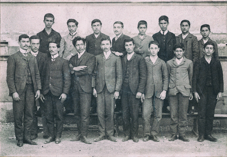 Η τελευταία τάξη του εξαταξίου Γυμνασίου Μυτιλήνης. Οκτώβριος 1906. Ο Μίλτος Κουντουράς τέταρτος από αριστερά στην πρώτη σειρά.
