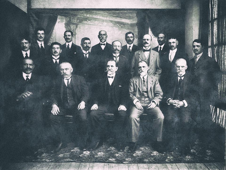 Χίος, Μάιος του 1917. Καθηγητές της μέσης εκπαίδευσης. Καθιστοί από αριστερά : Χ.Λαγούτης, Α.Ασπιώτης, Χ.Αλιμονάκης (γυμνασιάρχης του Γυμνασίου Αρρένων), Γ.Ρεβελής (ιδρυτικό μέλος και επί σειρά ετών πρόεδρος του Φιλοτεχνικού Ομίλου Χίου), Εμμ.Ιωαννίδης. Ο Μίλτος Κουντουράς πρώτος από αριστερά στη δεύτερη σειρά. Φωτογράφος : Στάμος Χαρτουλάρης, Χίος.