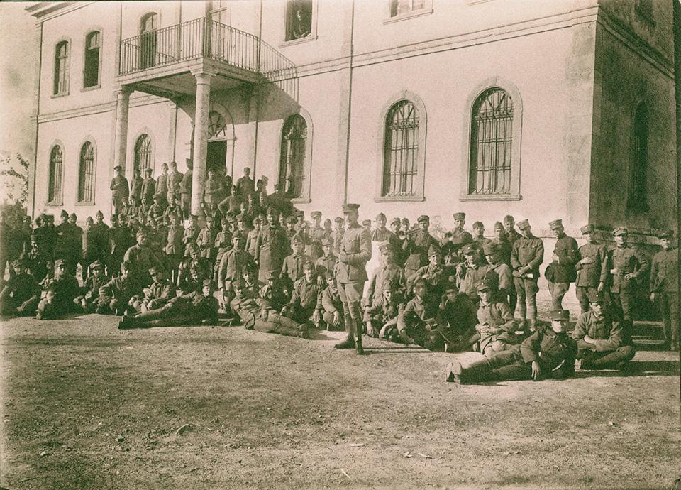 """Αϊδίνι, Νοέμβριος 1921. """"Οι Νεοσύλλεκτοι"""", σημειώνει στη ράχη της φωτογραφίας ο Μίλτος Κουντουράς, έφεδρος υπολοχαγός και διοικητής του 13ου Λόχου."""