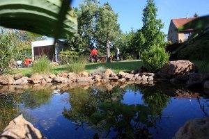 Příjemná zahrada na Zbraslavi. Trávník ideální na regeneraci.