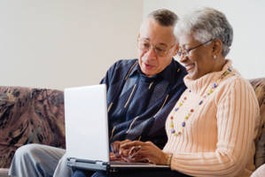 couple-researching-cataracts-computer