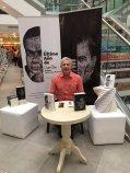 El escritor Francisco Bautista Lara el día de la firma de libros en la librería Hispamer, Managua, Nicaragua.