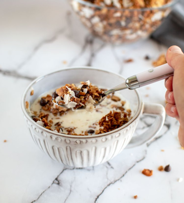 Homemade, healthy, and easy Coconut Chocolate Chip Granola recipe, granola, granola recipe, easy granola, homemade granola, chocolate chip granola, organic granola #granola #homemadegranola #chocolatechip #chocolatechipgranola #breakfast #brunch #snack