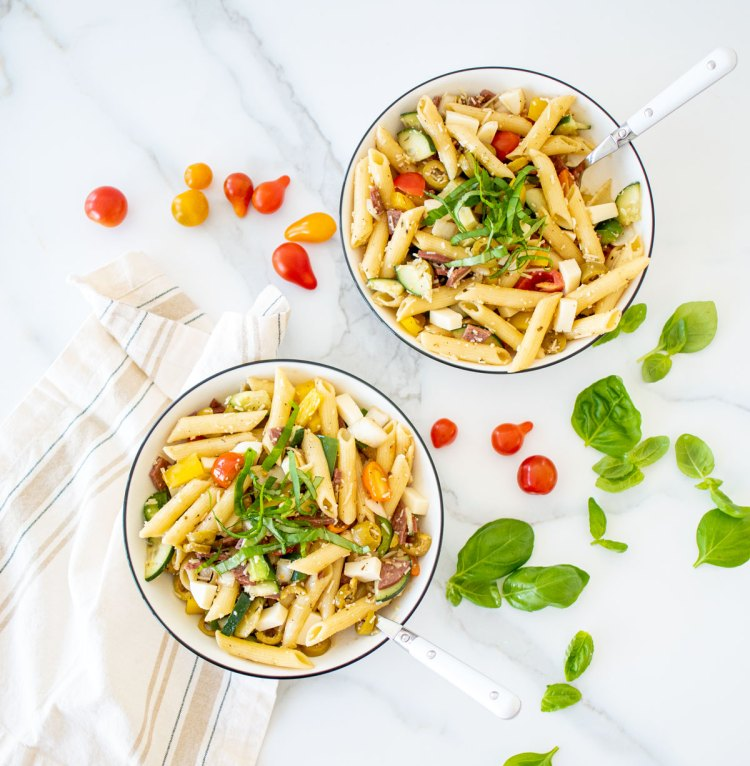 Easy and quick Italian Pasta Salad recipe that's perfect to feed a crowd. This delicious and light Italian Pasta Salad recipe makes for a filling meal that's perfect to bring to a party! This easy recipe can be a meal or a side dish at your next BBQ, pasta salad is perfect for summer when you want a cold be equally satisfying meal. #pastasalad #italian #italiandressing #homemadedressing #italianpastasalad #sidedish #easymeal #easyrecipe #pastasaladrecipe
