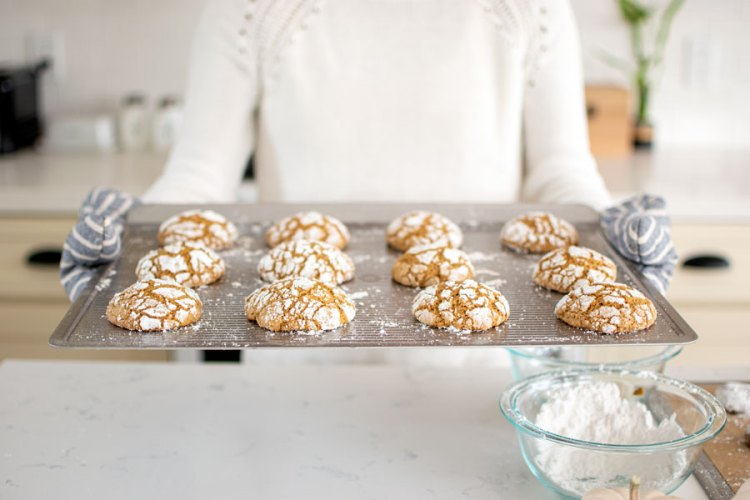 Easy Pumpkin Spice Crinkle Cookie recipe. Yummy and oh so delicious pumpkin cookies are all you need this fall season. Get the recipe for these amazing fall cookies #cookies #organic #glutenfree #organiccookies #glutenfreecookies #highaltitudebaking #highaltitude #pumpkincookies #pumpkinspice #psl