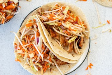 Easy Asian soft tacos. The best Mae Ploy Chicken Soft Taco recipe. What is Mae Ploy sauce. The best Mae Ploy Chicken tacos recipe. Easy Mae Plaoy chicken recipe. Simple asian tacos recipe.