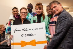 Frans Molenaar and Jim Lamoree present the cheque to Liselore Frowijn.