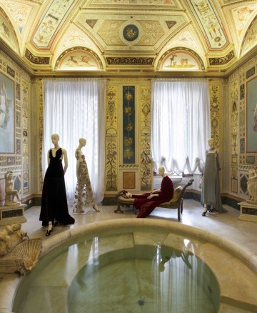 Valentino Mirabilia Romae Bagno di Diana - @Courtesy press office - See more at: http://www.vogue.it/en/shows/oddities/2015/07/valentino-mirabilia-romae#ad-image (via Vogue.it)