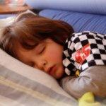 夜、子供の咳が止まらない!?眠れない咳の原因と2つの対処法