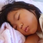 寝ている子供にも注意!子供の熱中症の重症度別の症状と対処法