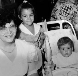 Mi madre, yo y mi hermana  de derecha a izquierda
