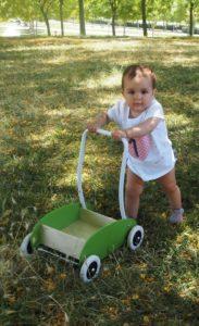 La baby con su andador