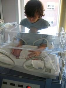 bebe en incubadora y su mamá