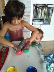 Las niñas creando con pintura de dedos