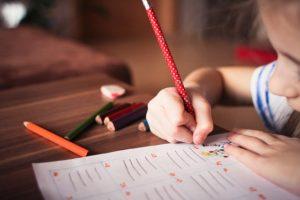 Niña haciendo deberes - imagen CC0 de Pixabay