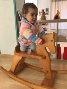 La baby jugando en uno de los espacios de la Girandola