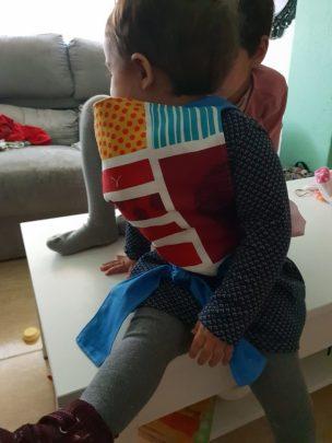 La baby con el Mei Tai para portear muñecas