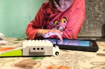 La peque programando el caracol de Lego WeDo 2.0