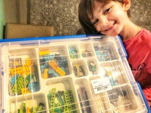 Así de contenta esta la peque con su kit de Lego WeDo 2.0