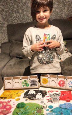 La peque jugando con el juego de mesa del Monstruo de los colores