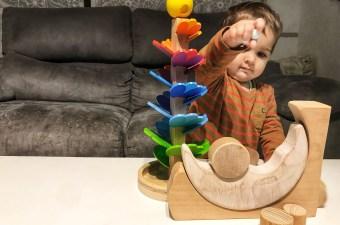 La baby jugando con la luna de Yugen y el árbol musical
