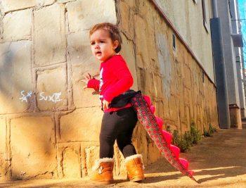 La baby con la cola de dragón